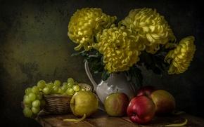 Картинка цветы, ягоды, яблоки, доски, виноград, кувшин, фрукты, натюрморт, корзинка, хризантемы, still life