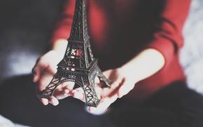 Картинка эйфелева башня, руки, фигурка