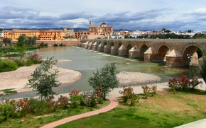 Картинка деревья, цветы, Испания, набережная, кусты, Андалусия, Кордова, Cordoba, река Гвадалквивир, 16-ти арочный римский (старый) мост