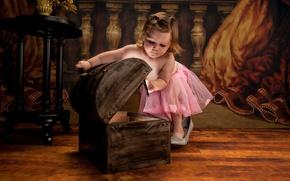 Обои туфли, девочка, сундук, малышка, юбочка