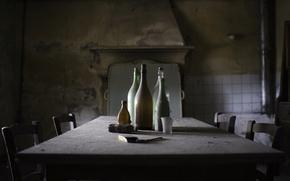 Картинка стол, комната, бутылки