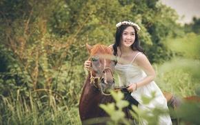 Картинка лицо, улыбка, конь, лошадь, платье, всадница, азиатка, венок