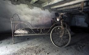 Картинка велосипед, кровать, чердак