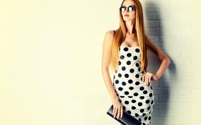 Картинка девушка, поза, фон, стена, кирпич, макияж, фигура, платье, очки, прическа, сумочка, рыжая