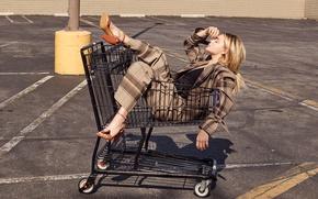 Картинка асфальт, солнце, поза, блондинка, костюм, туфли, тележка, пиджак, фотосессия, брюки, Chloe Moretz, InStyle, Хлоя Моретц, …