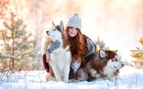 Картинка снег, рыжая, собаки, зима, улыбка, хаски, шапка, девушка, радость