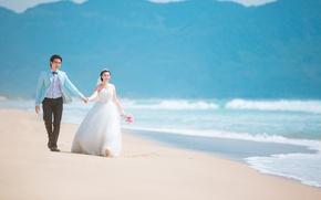 Картинка волны, пляж, горы, букет, пара, невеста, свадьба, жених, свадебное платье