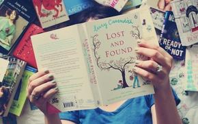 Картинка девушка, фон, обои, настроения, книги, кольца, руки, ногти, книжка, лак