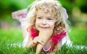 Картинка трава, радость, природа, мороженое, девочка, рожок, кудри, ребёнок