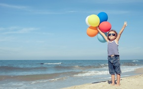 Картинка песок, море, лето, небо, шарики, ребенок, summer, воздушные, sky, sea, child, balloons