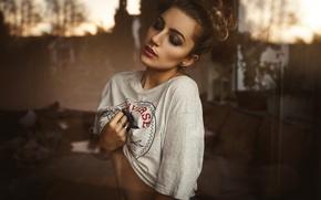 Картинка стекло, девушка, украшения, макияж, пирсинг, футболка, прическа, шатенка, Sandra, Marcel Hotze
