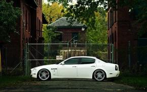 Картинка Maserati, Quattroporte, Авто, Белый, Дом, Машина, Улица, Здание, Седан, Пасмурно