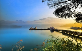 Обои лодки, озеро, дымка, горы, причал, туман, камыш