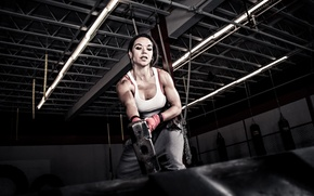 Картинка woman, hammer, tire, rubber, crossfit
