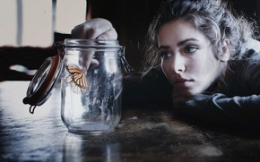 Картинка Girl, photo, butterfly, mood, face, brunette, look, table, situation, feeling, portrait, jar
