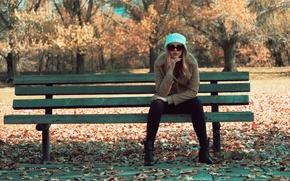 Обои скамейка, очки, сидит, девушка, осень