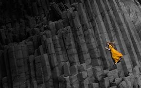 Обои девушка, скалы, платье, черные, в желтом