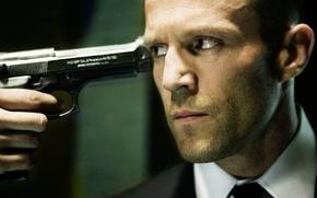 Картинка пистолет, оружие, рука, актер, Jason Statham, перевозчик, джейсон стетхем