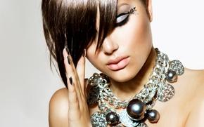 Обои крупный план, девушка, брюнетка, макияж, прическа, красотка, украшения, фон