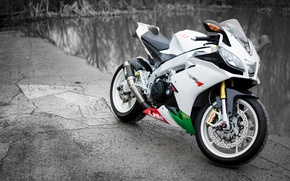 Картинка белый, мотоцикл, white, суперспорт, aprilia, bike, водоем, supersport, априлия, rsv4