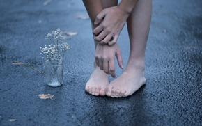 Обои цветок, асфальт, улица, ноги, руки