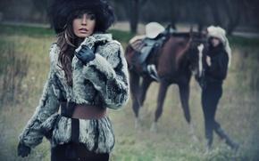 Картинка взгляд, девушка, лицо, фон, модель, шапка, лошадь, макияж, перчатки, шубка