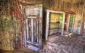 Обои комната, дверь, песок