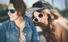 Картинка девушки, смех, очки, кепка