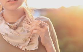 Картинка девушка, солнце, цветы, фон, настроения, одежда, роза, цвет, рука, зубы, рот, шарф, брюнетка, кольцо, губы, …