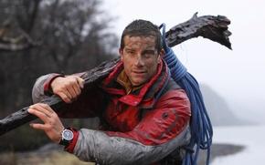 Обои мужик, бревно, Ultimate Survival, грязный, Bear Grylls, верёвка, Беар Гриллс, Выжить любой ценой