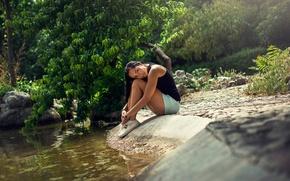 Картинка вода, ручей, камень, шорты, красавица, ножки