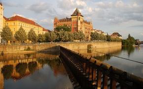 Картинка небо, облака, река, дома, Прага, Чехия, набережная, дворец