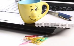 Картинка ручка, смайл, hi-tech, notebook, тачпад, technology, smile, позитив, ноутбук, laptop, креатив, скрепки, чашка, touchpad, good ...