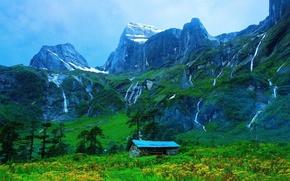 Картинка дом, гора, склон, водопады.
