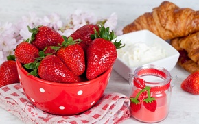 Картинка ягоды, стол, полотенце, клубника, тарелка, круассаны, баночка, сметана