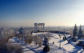 Картинка ель, снег, небо, зима, мороз, альтанка, деревья, люди, Полтава, город, елка, беседка, подол, фонарь, горизонт