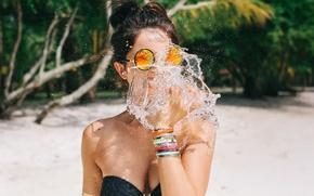 Картинка девушка, Bite of water, очки, декольте, David Olkarny, брызги