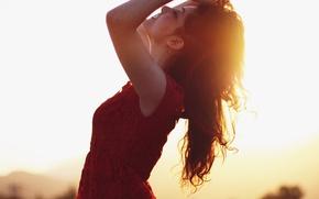 Картинка девушка, солнце, закат, природа, лицо, улыбка, фон, обои, настроения, брюнетка