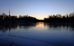 Картинка лед, закат, отражение, Москва, ботанический сад, дерьвья, останкинская телебашня, ледяное озеро