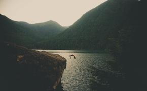 Обои горы, скала, озеро, прыжок, мужчина