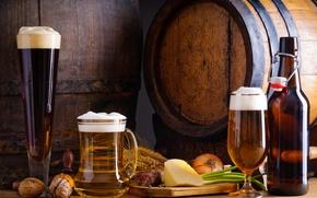 Картинка пена, бутылка, пиво, сыр, лук, стаканы, колосья, орехи, бочки, колбаса, грецкие