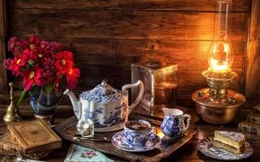 Обои натюрморт, поднос, книга, лампа, сахар, букет, чашка, колокольчик, чай, торт, сервиз