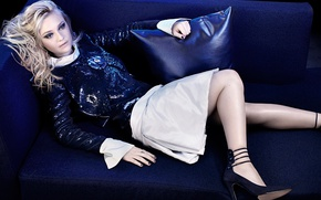 Картинка синий, поза, диван, юбка, подушки, макияж, фигура, актриса, прическа, блондинка, туфли, лежит, кофта, фотосессия, Дакота …