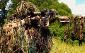 Обои винтовка, снайпер, стрельба, солдат, оптика, на вскидку, трава, прицел, лес, камуфляж
