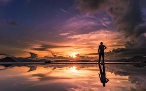 Картинка небо, солнце, облака, закат, горы, озеро, отражение, горизонт, силуэт, мужчина, зеркальность