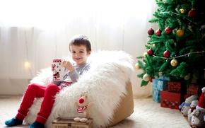 Картинка праздник, шары, игрушки, елка, мальчик, чашка, подарки, Новый год, мех, украшение, Christmas, cup, boy, New …