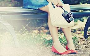 Картинка зелень, трава, листья, девушка, скамейка, фото, фон, обои, ноги, настроения, обувь, луг, фотоаппарат, сумка, фотик, ...
