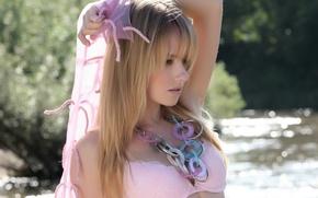 Картинка река, розовый, Девушка, блондинка, бусы