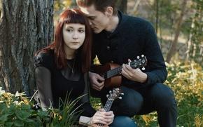 Картинка лес, трава, взгляд, девушка, гитара, парень, музыкальный инструмент, indie, folk, укулеле, малыш камю