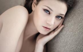 Обои взгляд, lying, attractive, брюнетка, красивая, Girl, губы, young, привлекательная, blue eyes, brunette, голубые, Девушка, лежит, ...